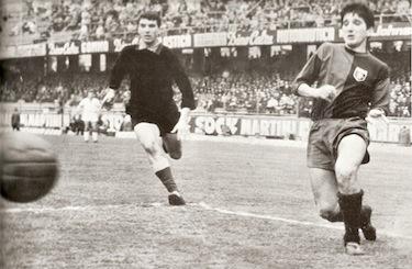 Gigi Meroni in campo con la maglia del Genoa