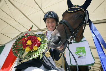 Sara Morganti e Royal Delight al D'ornano Stadium in Normandia nel 2014 ( © FEI / David Sinclair )