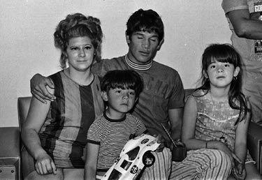 Monzon insieme alla moglie Beatriz e ai loro figli