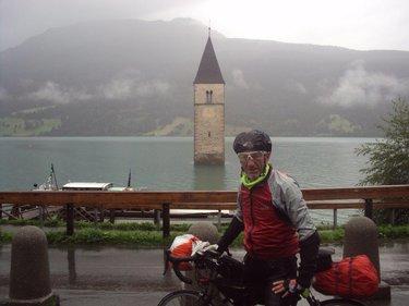 Foto di rito sotto la pioggia con il campanile di Resia (© archivio personale Vignati)