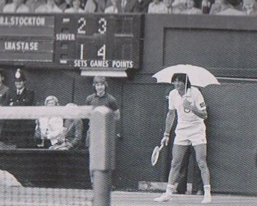 Năstase in campo sotto un ombrello