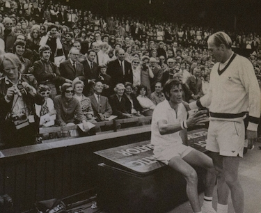 Smith saluta Nastase dopo la finale vinta contro di lui a Wimbledon nel 1972
