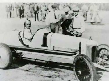 De Palma al volante della sua Mercedes festeggia la vittoria di Indianapolis