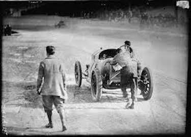 De Palma e il suo meccanico spingono la Mercedes verso il traguardo