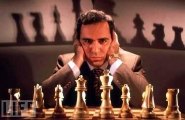 Un intenso primo piano di Kasparov