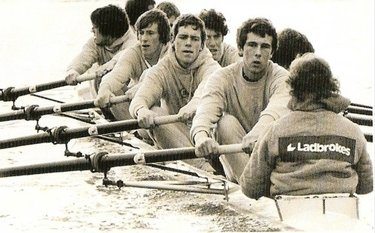 Hugh Laurie nel 1980 a Cambridge (© http://theboatraces.org)