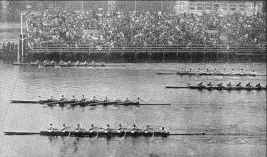 Un fermo immagine dell'arrivo alla finale Otto con delle Olimpiadi 1936
