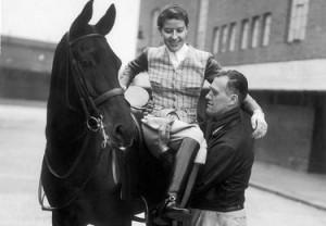 La Hartel aiutata mentre smonta da Jubilee nel 1953