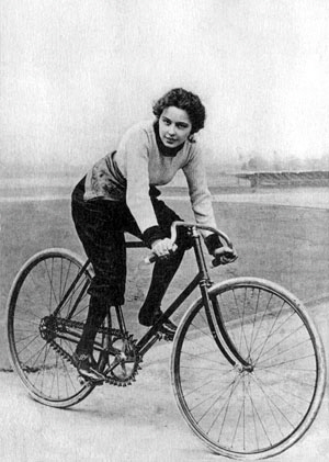 Hélène Dutrieu in bicicletta