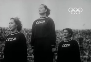 Il podio sovietico in uno screen shot dell'Olympic Channel