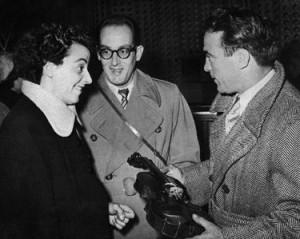 L'ultima foto: a Orly Ginette Neveu mostra il suo Stradivari a Cerdan sotto gli occhi del fratello Jean (© marcelcerdan.com)