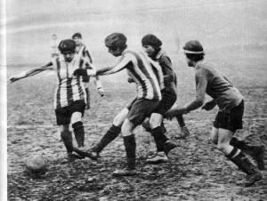 Donne francesi giocano a calcio nel 1920