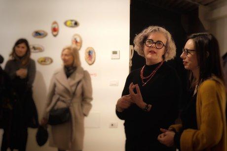 L'artista all'inaugurazione (© Emi Ligabue)