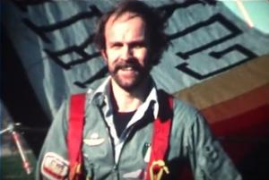 Mino Bricoli davanti al Dragon Fly Bobbio, all'atterraggio del 1978 ( © Archivio Luigi Romenghi)
