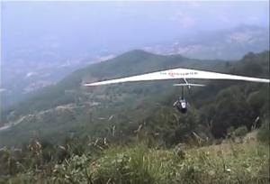 Mino Bricoli decolla dal Monte Caio ( © Archivio Luigi Romenghi)